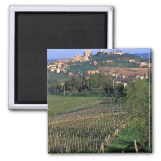El pueblo de San Gimignano se sienta en el balance Imanes De Nevera