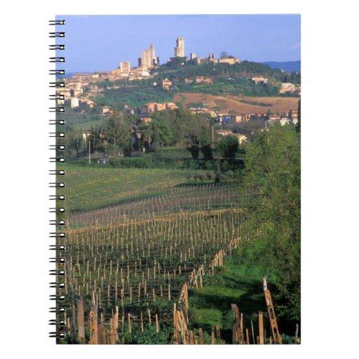 El pueblo de San Gimignano se sienta en el balance Libreta Espiral