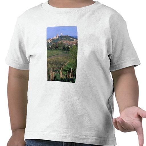 El pueblo de San Gimignano se sienta en el balance Camisetas