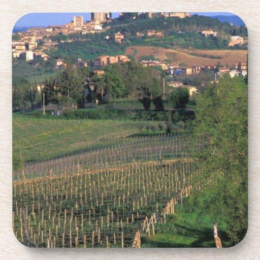 El pueblo de San Gimignano se sienta en el balance Posavasos De Bebida