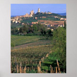El pueblo de San Gimignano se sienta en el balance Póster