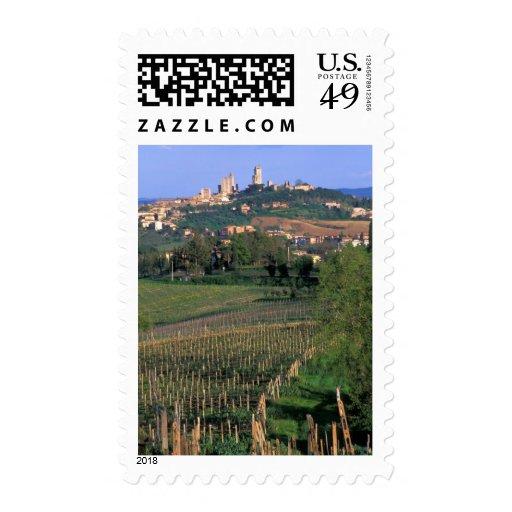 El pueblo de San Gimignano se sienta en el balance Franqueo