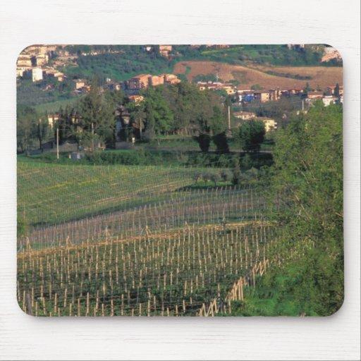 El pueblo de San Gimignano se sienta en el balance Alfombrillas De Ratones