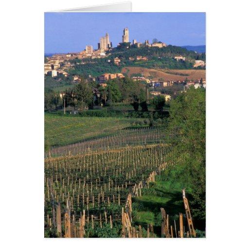 El pueblo de San Gimignano se sienta en el balance Felicitaciones