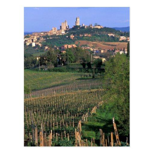 El pueblo de San Gimignano se sienta en el balance Postales