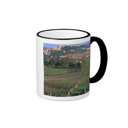 El pueblo de San Gimignano se sienta en el balance Taza De Café