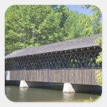 El puente cubierto de Stone Mountain en la piedra Calcomanía Cuadradas Personalizadas