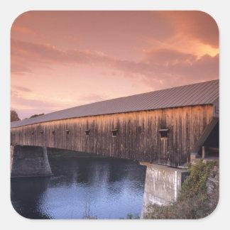 El puente cubierto más largo de los Estados Unidos Pegatina Cuadrada