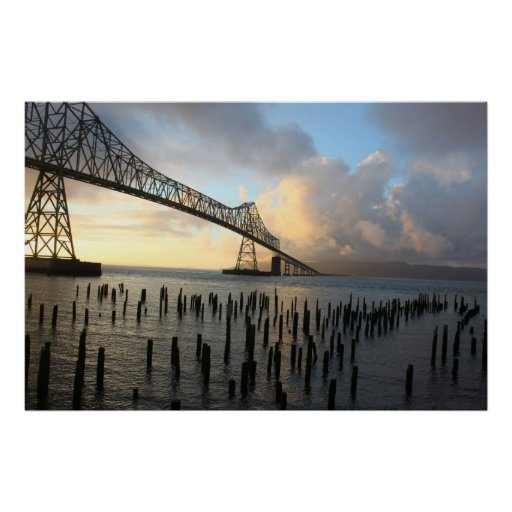 El puente de Astoria-Megler en la puesta del sol Póster