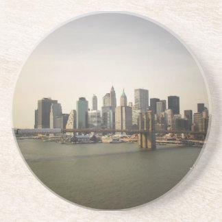 El puente de Brooklyn y el horizonte de New York Posavaso Para Bebida