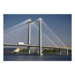 El puente de Ed Hendler atraviesa el río Columbia Cojinete