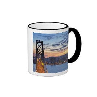 El puente de la bahía de la isla del tesoro taza de café