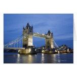 El puente de la torre en la oscuridad tarjeta de felicitación