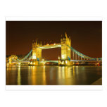 El puente de la torre por noche postal
