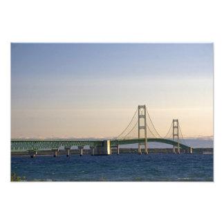 El puente de Mackinac que atraviesa los estrechos  Cojinete