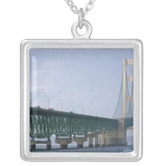 El puente de Mackinac que atraviesa los estrechos  Collar