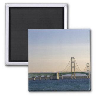 El puente de Mackinac que atraviesa los estrechos  Imán Cuadrado