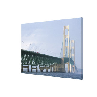 El puente de Mackinac que atraviesa los estrechos Impresión En Lienzo