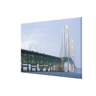 El puente de Mackinac que atraviesa los estrechos Impresión En Lona