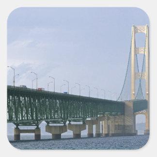El puente de Mackinac que atraviesa los estrechos Pegatina Cuadrada