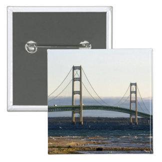 El puente de Mackinac que atraviesa los estrechos  Pins