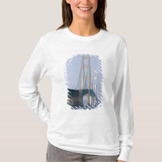 El puente de Mackinac que atraviesa los estrechos Playera