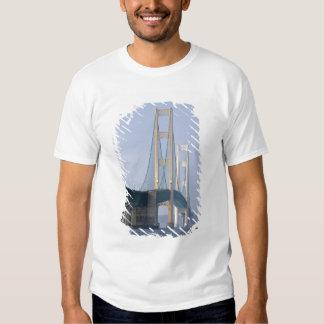 El puente de Mackinac que atraviesa los estrechos Playeras