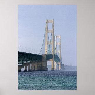 El puente de Mackinac que atraviesa los estrechos  Póster