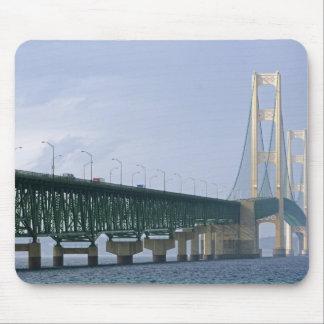 El puente de Mackinac que atraviesa los estrechos  Tapetes De Raton