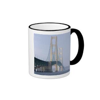 El puente de Mackinac que atraviesa los estrechos  Taza De Café