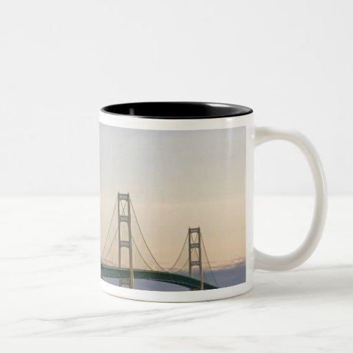 El puente de Mackinac que atraviesa los estrechos  Tazas