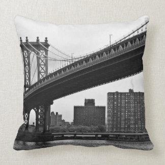 El puente de Manhattan en New York City Cojin