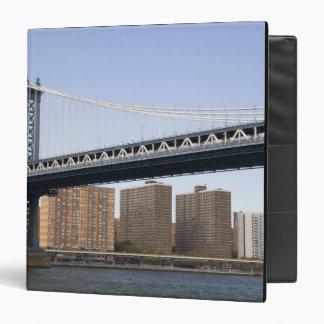 El puente de Manhattan que atraviesa el East River