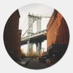 El puente de Manhattan, una opinión de la calle Etiquetas Redondas