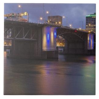 El puente de Morrison sobre el río de Willamette Azulejo Cuadrado Grande