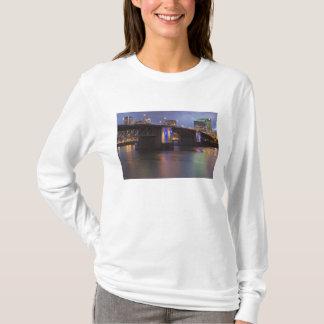 El puente de Morrison sobre el río de Willamette Playera