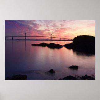 El puente de Newport (Pell) en el crepúsculo Póster