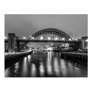 El puente de Tyne en la noche Tarjetas Postales