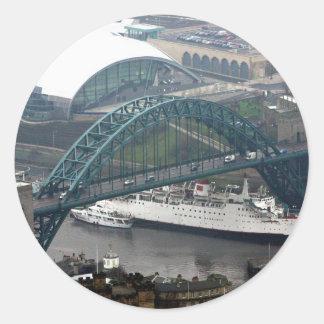 El puente de Tyne Pegatina Redonda