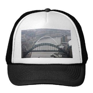 El puente de Tyne y puente del milenio Gorro