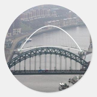 El puente de Tyne y puente del milenio Pegatina Redonda