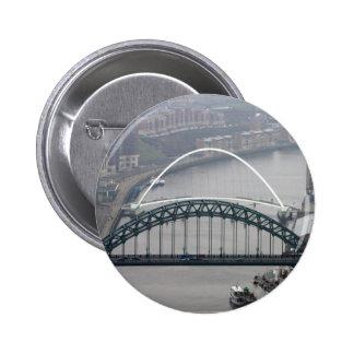 El puente de Tyne y puente del milenio Pin Redondo De 2 Pulgadas