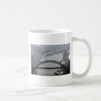 El puente de Tyne y puente del milenio Taza