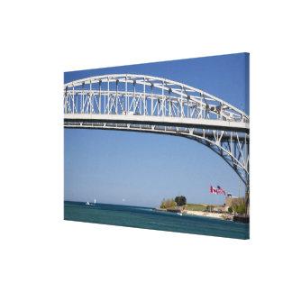 El puente del agua azul es un puente 2 del gemelo- impresión en lona