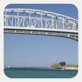 El puente del agua azul es un puente 2 del calcomania cuadrada personalizada