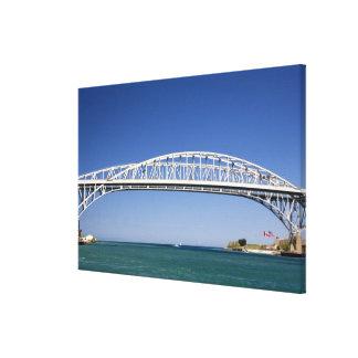 El puente del agua azul es un puente del gemelo-pa lona envuelta para galerías