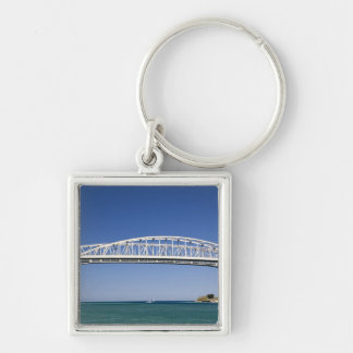 El puente del agua azul es un puente del gemelo-pa llavero cuadrado plateado