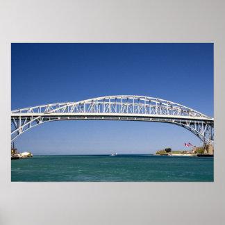 El puente del agua azul es un puente del gemelo-pa póster