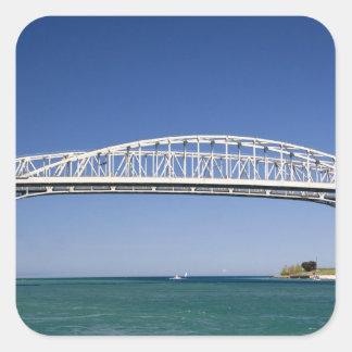 El puente del agua azul es un puente del pegatina cuadrada
