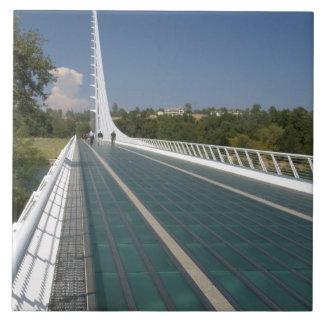El puente del reloj de sol en la bahía de la tortu azulejos